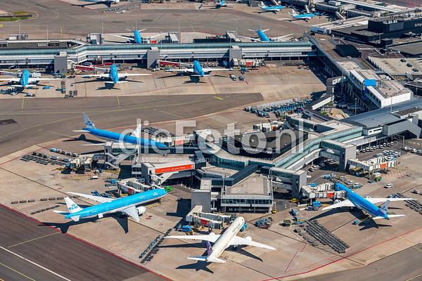 Vliegtuigen aan de pier op Luchthaven Schiphol