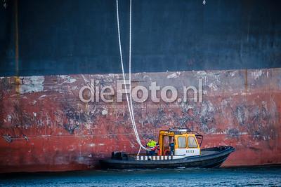 De KRVE5 neemt de trossen in ontvangst van een tanker