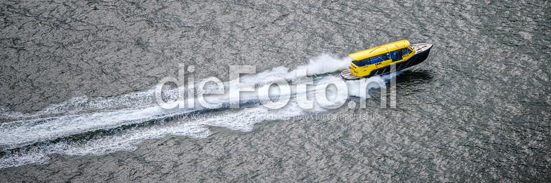 Watertax Rotterdam stuift over het water