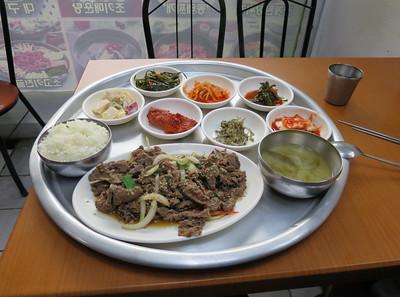 Als je met stokjes kunt eten zit je goed: rundvleees, kleverige rijst, soep, stukjes appel, groente en thee