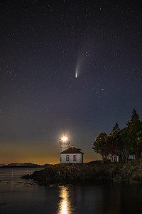 A beautiful night on Washington's San Juan Island. Comet NEOWISE at the Lime Kiln Point lighthouse. #CometNEOWISE