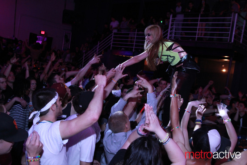 HeavyGrinder greeting the crowd images by: CJ