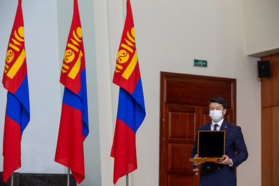 """2021 оны гуравдугаар сарын 22. Тулгар төрийн 2230 жил, Их Монгол Улс байгуулагдсаны 815 жил, Ардын хувьсгалын 100 жил, Монгол Улсад орчин цагийн зэвсэгт хүчин үүсэн байгуулагдсаны 100 жилийн ой """"Монгол цэргийн өдөр"""", Монгол хүн сансарт ниссэний 40 жилийн ойг тохиолдуулан Монгол Улсын Ерөнхийлөгчийн зарлигаар Төрийн ордонд шагнал гардуулах ёслол боллоо.   Ерөнхийлөгчийн зарлигаар БНМАУ, ЗХУ-ын баатар, хошууч генерал, сансрын нисгэгч Жүгдэрдэмидийн Гүррагчаад төрийн дээд шагнал Чингис хаан одон гардуулав.   Ж.Гүррагчаа нь Монгол Улсаас сансарт ниссэн анхны, Ази тивээс хоёр дахь, дэлхийн 101 дэх хүн юм.   Их эзэн Чингис хааны мэндэлсэн өдрийг тохиолдуулан жил бүр Чингис хаан одон гардуулдаг уламжлал тогтоод буй. Харин өнгөрсөн онд цар тахлын улмаас уг одонг гардуулах ёслолыг зохион байгуулаагүй билээ.    ГЭРЭЛ ЗУРГИЙГ Б.БЯМБА-ОЧИР/MPA"""