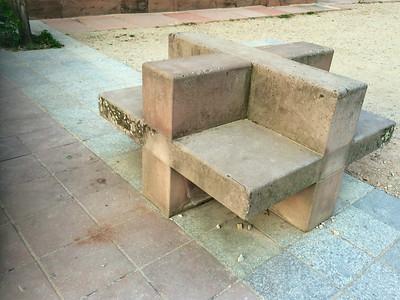 大聖堂脇にいくつかあったベンチ(?)。十字架を象ってるのかな?