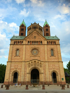 シュパイアー大聖堂(ユネスコ世界遺産) ロマネスク様式最大級の聖堂だとか。これは正面からの写真だけど、奥行きがすごい!デカい!  http://ja.wikipedia.org/wiki/%E3%82%B7%E3%83%A5%E3%83%91%E3%82%A4%E3%82%A2%E3%83%BC%E5%A4%A7%E8%81%96%E5%A0%82
