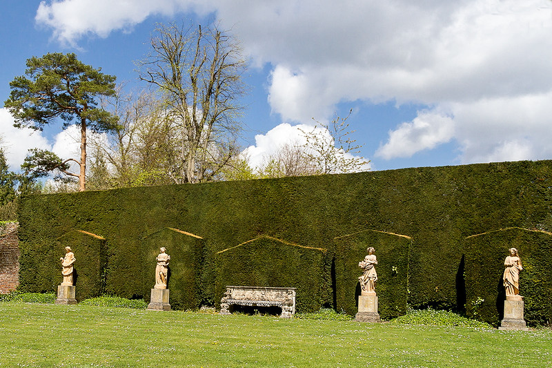 27th Apr 2015:  Statues and the hedge wall