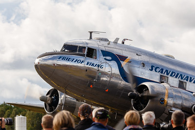 DC-3 taxi in front of spectators