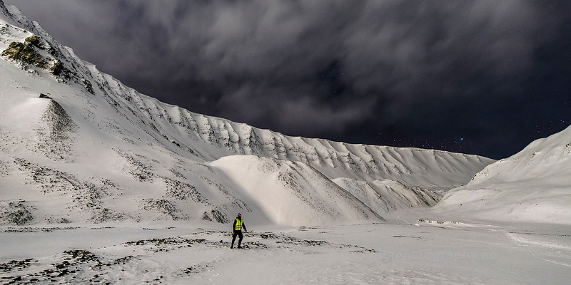 Man in fornt of Gruvefjellet, Svalbard