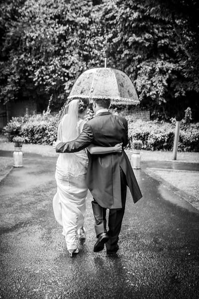 bride-groom-walking-in-rain