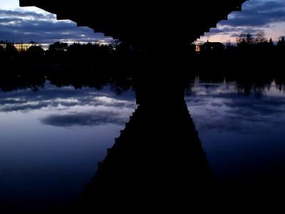 Skumring under Gamle Verdal bro  Dusk under Old Verdal bridge (Foto: Ståle)