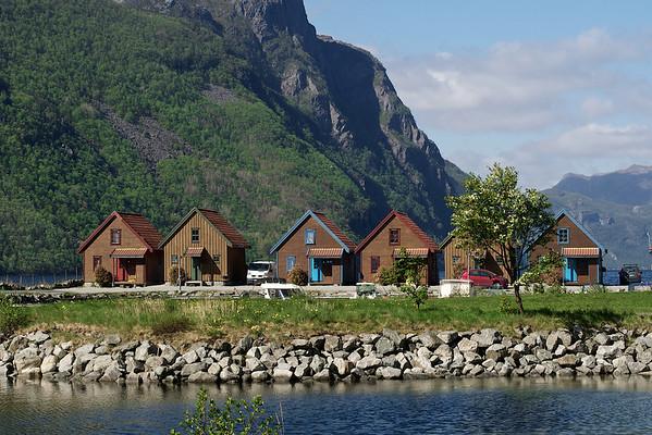 Seks hus i en rekke. Foto: Geir