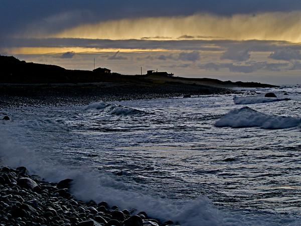 Revetangen innrammet av himmelen og bølger som slår mot stranda. Reve Point framed in by the sky and the waves hitting the beach. (Foto: Geir)