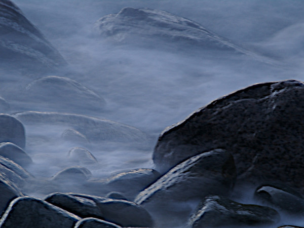 Dampende steiner, eller bølger som slår mot stranda? Steaming rocks, or wavews hitting the rocks by the waters edge? (Foto: Geir)