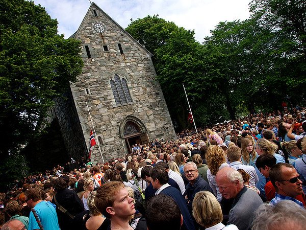 Never before have so many people gathered at the same time around Stavanger Cathedral. (Foto: Geir)