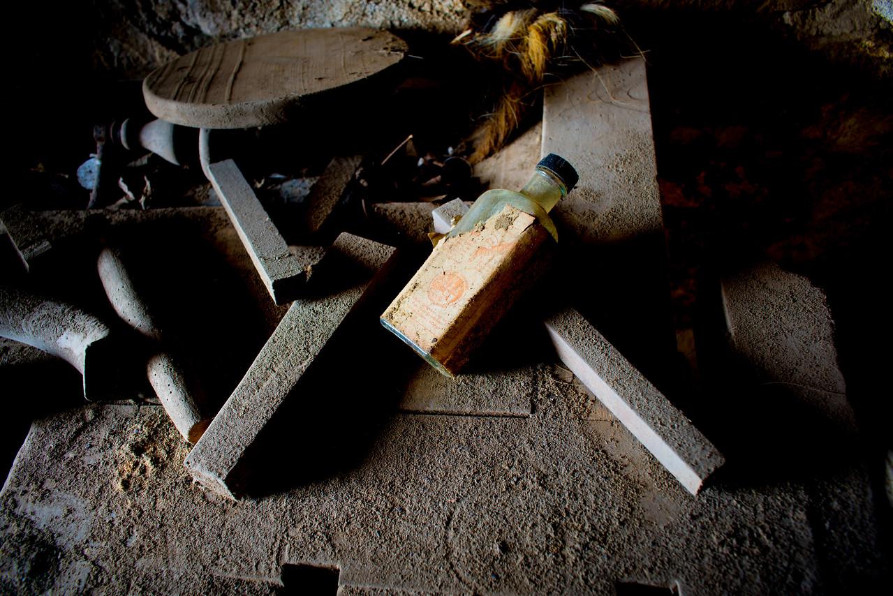 Abandoned blacksmith<br /> <br /> I den forladte smedie. Jeg er blevet fortalt at smedien har eksisteret siden 1600-tallet. Som det ses, er den ikke længere i brug.