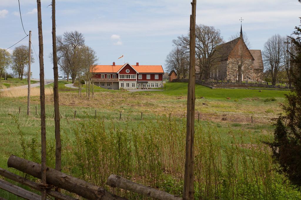 Frötuna kyrka och Församlingshem,<br /> från Sjöstugan vid Frötuna kyrksjö. Norrtälje