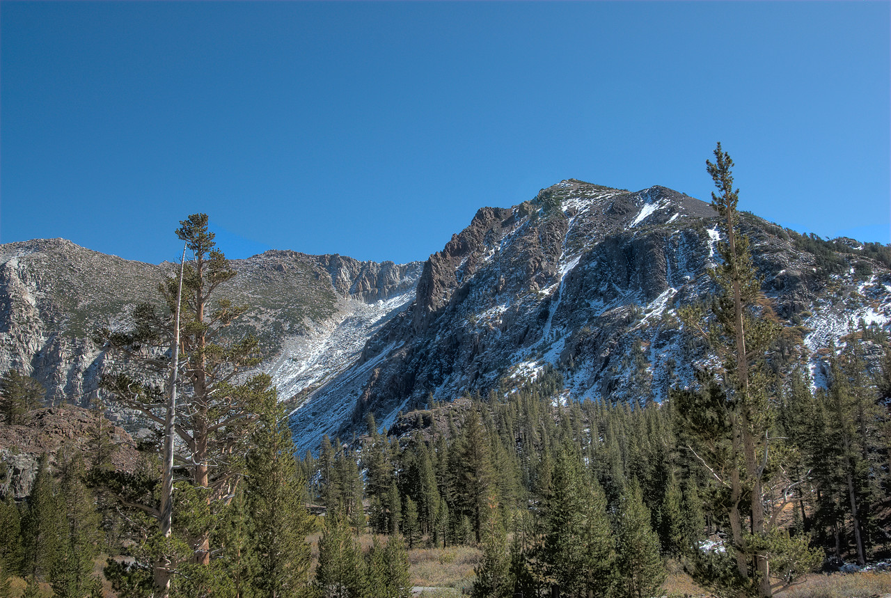 Glimpse of Sierra Nevada mountain range in Yosemite National Park