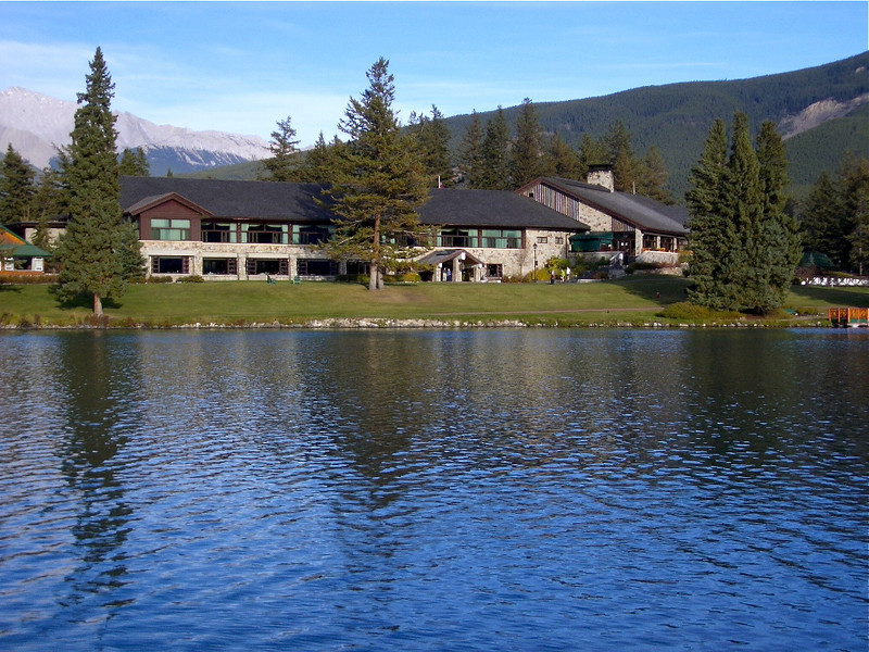 Jasper Park Lodge enjoys a lake front setting in a very romantic spot of the Canadian Rockies.