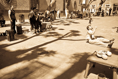 Street artists in action at the beautiful Plaza de la democracia.