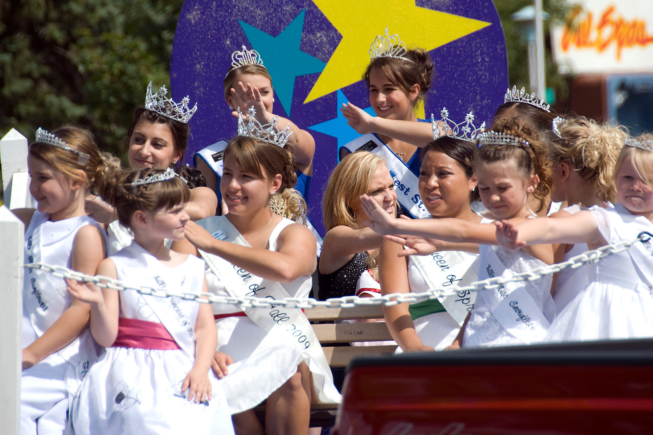 Pageant queens at the 2009 Minnesota State fair parade