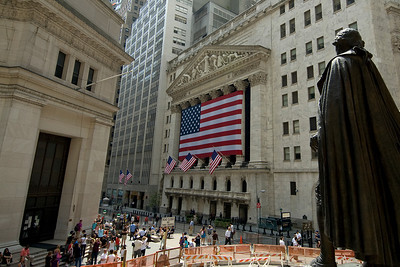 New York Stock Exchange and George Washington statue in Wall St, New York