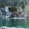 Висячее озеро (Hanging Lake). <br /> Это небольшое озерцо в нише среди вершинных скал питается водопадиком и ручьем стекает вниз к реке. До него метров 500-600 набора высоты, а это не менее часа темпового подъема и полчаса спуска по каменистой тропе, плюс время у озера.