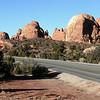Национальный парк Арки (Arches). США.<br /> Пешие прогулки среди вздымающихся красных скальных стен и арок.