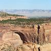 Парк Национальный памятник (Colorado National Monument), США<br /> Парк National Мonument напоминает скальное крымское предгорье – похожие вертикальные срезы скальных стен и зеленеющие желоба-котлованы. Но в Крыму степь, тогда как здесь пустыня и тут и сям торчат среди стен облизанные ветрами гигантские скальные изваяния.