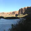Переезд по скальному ущелью вдоль знаменитой реки Колорадо.
