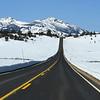 Скалистые горы. США.<br /> В Денвере в январе предположительно около +10 градусов, но в горах, из-за двух- трехкилометровой высоты, до –10, ночью еще ниже. Количество снега непрогнозируемо, но даже при высоком снеге дороги всегда чищены и удобны для проезда. В критических случаях перевальные участки закрывают, о чем уведомляют дорожные знаки по обе стороны от блокируемого участка (и предупреждающие сообщения на дорожных и туристических сайтах).