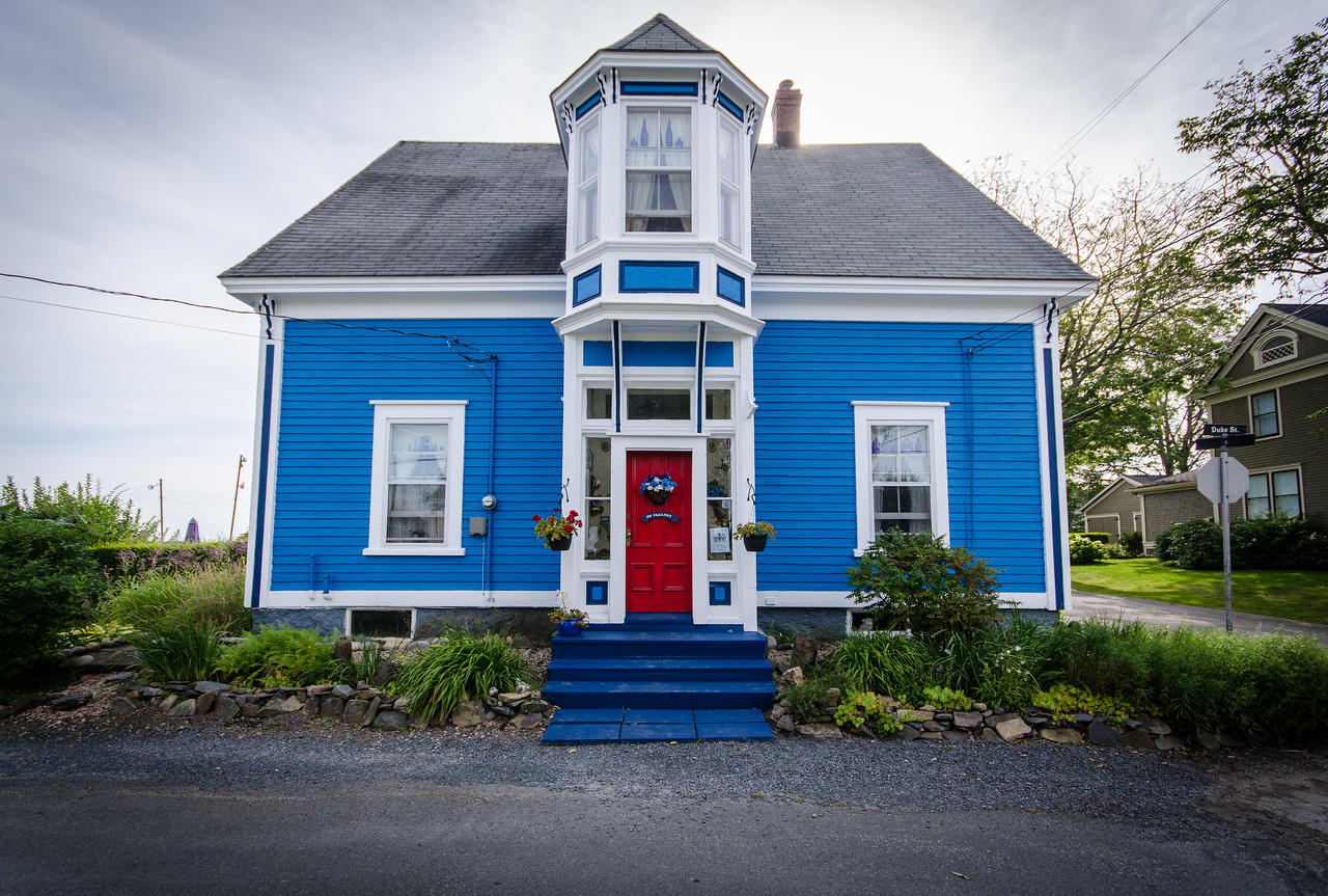 "This house shows ""The Lunenburg Bump."""