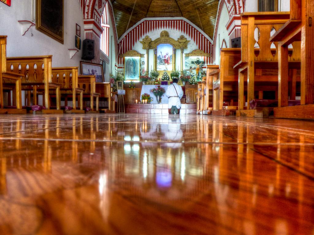 san cristobal de las cases church praying