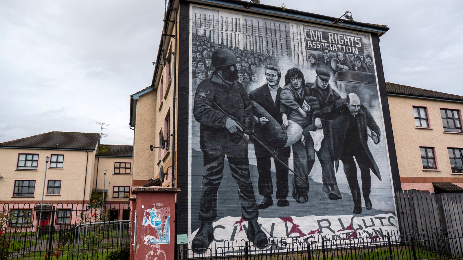 Derry Murals The People S Gallery In The Bogside Justin Plus Lauren