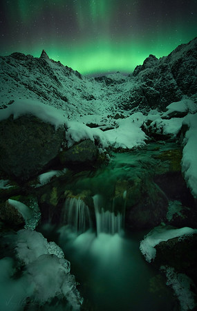 A late night under the Northernlights fdown the river and mountains / Une nuit tardive sous les aurores boreales devant une riviere et ses montagnes - Tromsø Norvege