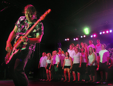 """Amanda August/For The Daily Item Members of the Shikellamy High School Choral Group sing """"I want to know what love is"""" with Foreigner at Spyglass Ridge Winery in Sunbury on Saturday night."""