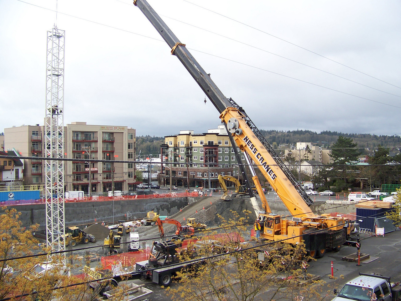 "The portable yellow crane was brought in to assemble the big construction crane.<br /> April 4, 2008.  Ballard's ""On the Park"" apartment bulding."