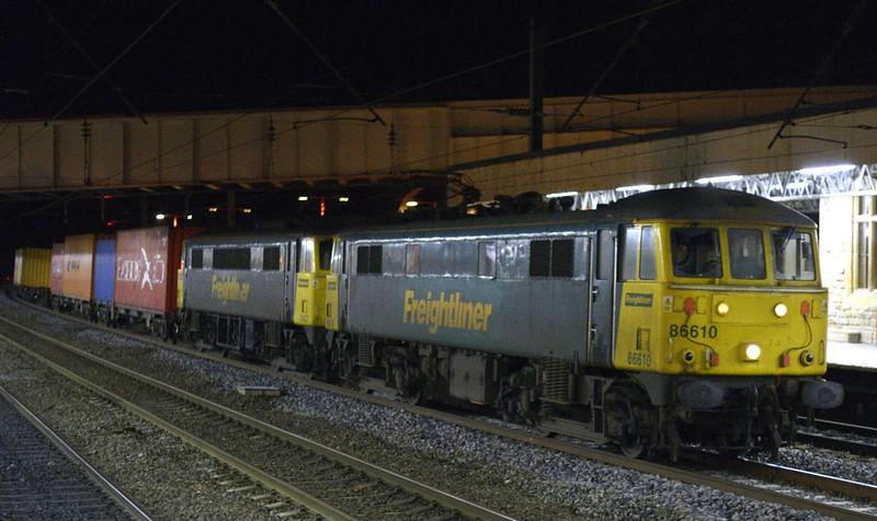 86610 & 86627, 4M74, Lancaster, Tues 6 January 2015 - 1900.  The 1401 Coatbridge - Crewe Freightliner.