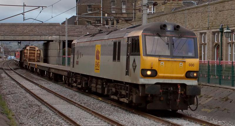92030 Ashford, 6X12, 17 April 2008 - 1907    EWS's 1715 Carlisle - Eastleigh Enterprise runs through the station into the loop.