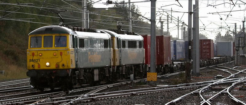 86621 & 86613, 4Z88, Carnforth, 2 October 2008 - 1244    An extra Crewe - Coatbridge Freightliner heads north through the rain.
