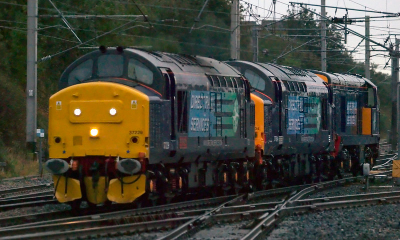 37229 Jonty Jarvis, 37604 & 20314, 0Z38, Carnforth, 10 October 2008 - 1748 1    37229 heads for Kingmoor in full gloom with the 37 and 20, both ex-works from Brush Loughborough.