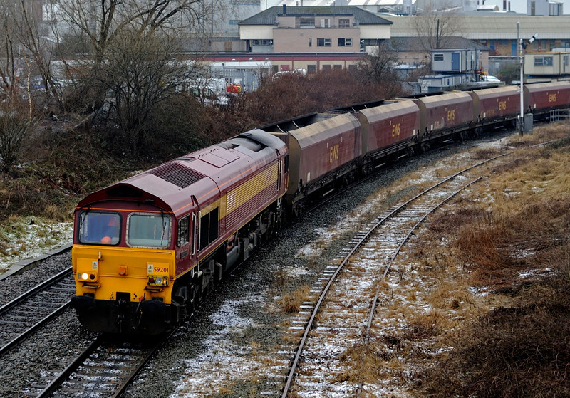 59201 Vale of York & 60096, 6F38, Arpley Junction,  Warrington, Thurs 4 February 2010 1 - 1100      The 59 emerges from beneath Bank Quay station with the 0650 Fiddler's Ferry power station - Liverpool bulk terminal empty HTAs.