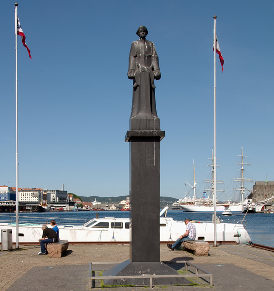 Norway in the world wars, 2: 1939 - 1945     Neutral Norway was rapidly overrun by the Germans in 1940, and under occupation for five years until the final German surrender in May 1945.  This statue commemorates Leif 'Shetlands' Larsen, who made 52 clandestine 'Shetland bus' boat trips carrying arms and agents to Norway.  He was the most highly decorated Allied naval officer of the war, having received numerous British and Norwegian awards.