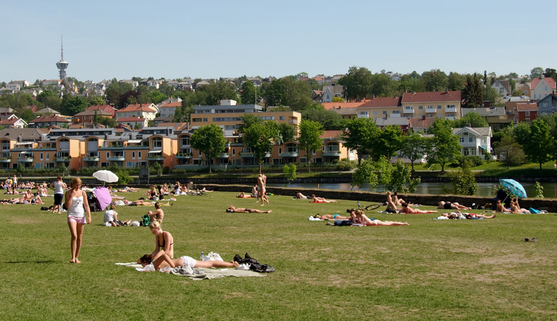 Velkommen til Trondheim!    Trondheim has a large student population, many of whom are seen here enjoying the sun.
