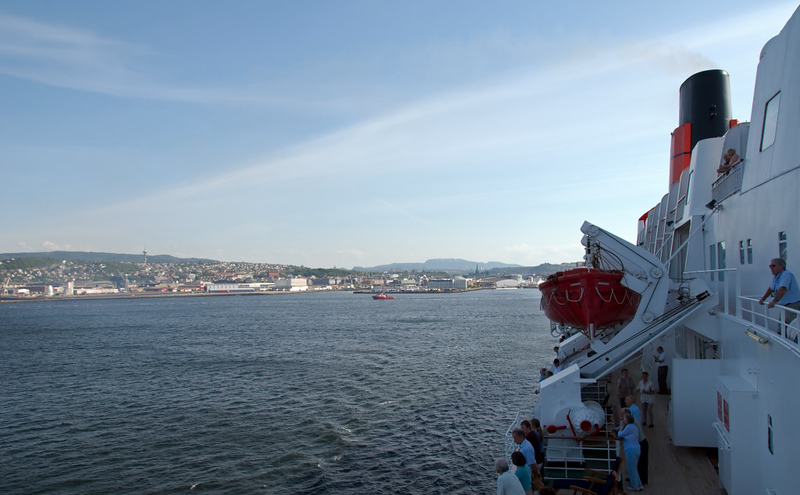 QE2 leaves Trondheim, 5 June 2008