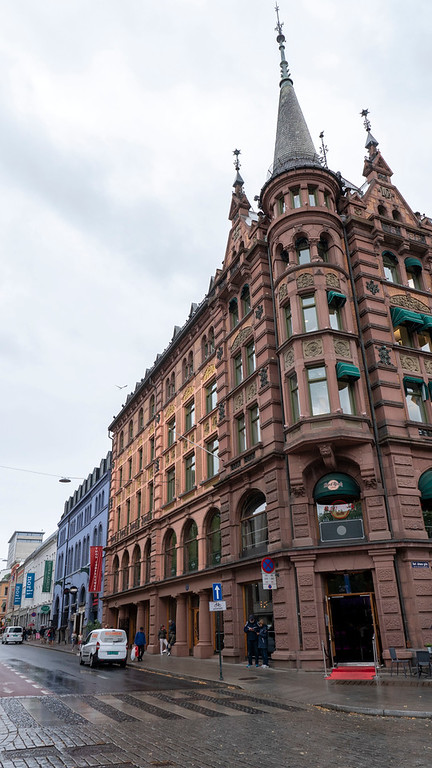 Karl Johans Gate - Interesting buildings, shops, and restaurants in Oslo Norway
