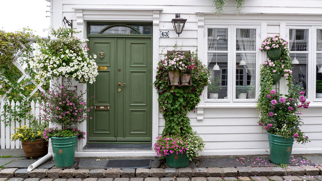 What to see in Stavanger Norway - Old Stavanger - White wooden houses with colorful doors