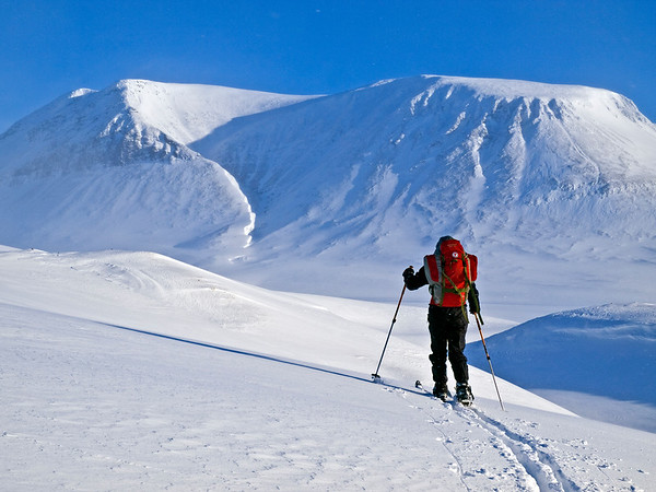 Skiing towards Icedalen