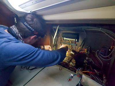 An Bord gab es immer etwas zu reparieren. Der Autopilot funktionierte zum Beispiel nur zeitweise. Es war ein Wackelkontakt, wie Helge später herrausgefunden hat.