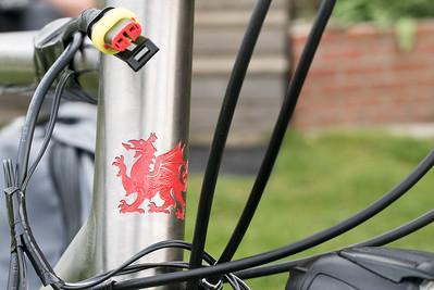 Der walisische Drache war von Anfang am Rahmen. Ludwig hat ihn rot ausgemalt. Sieht toll aus! Oskar har mir den Stecker am Dynamo angeschlossen. Damit kann ich beim Fahren mein Telefon laden.