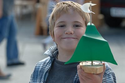 Inzwischen hat Richard sein Segelschiff fertig. Es konnte vor Ort auch gleich ausprobiert werden.